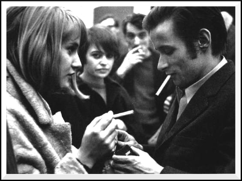 Auf dem Foto v.l.n.r.: Gislind Nabakowski, Bim Reinert, Blinky Palermo im Februar 1968 in der Galerie Konrad Fischer in Düsseldorf (Motiv gesehen bei rheingoldblog.wordpress.com)